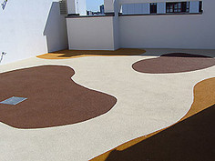 Roof surface with playfix® safety flooring